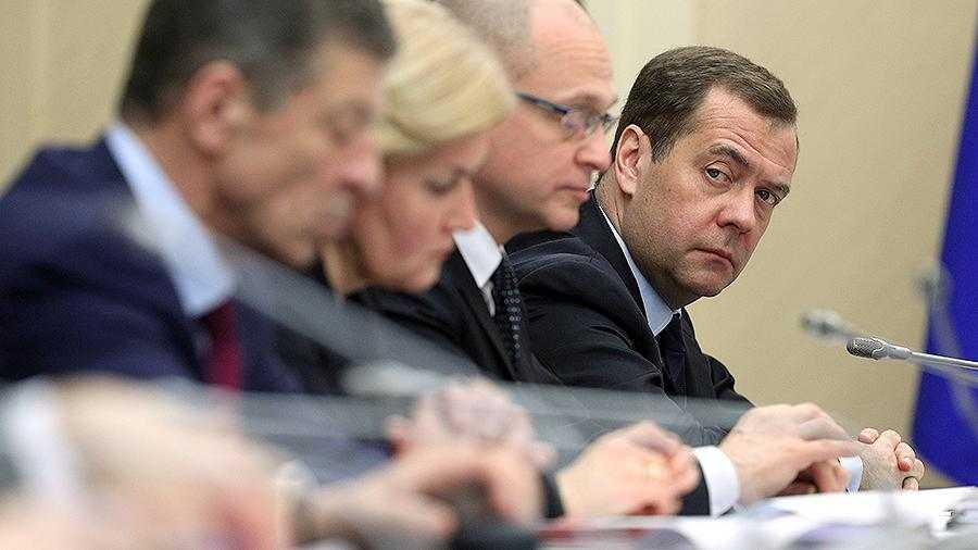 Медведев утвердил новые правила оценки эффективности чиновников— покачеству работы сгражданами